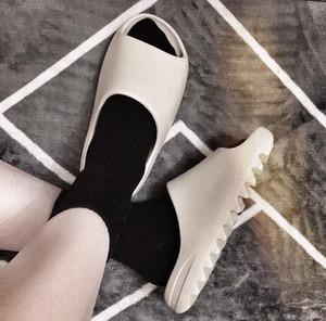 [[Stokta]] Yüksek Kaliteli Kanye Erkek Sandalet Ayakkabı Köpük Koşucu Siyah Beyaz Batı Slayt Kemik Reçine Çöl Kum Bayan Terlik