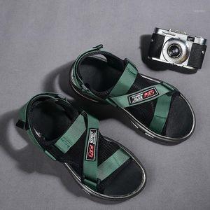 Popolare 2020 Sandali da uomo Sandali Gancio Loop Sandali da passeggio per uomo Nero Green Beach Shoes Brand Designer Gladiatore Mens1