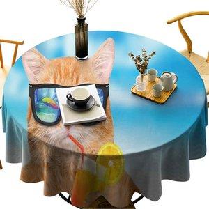 Mesa à prova de espaçosa Relaxante Cocktail vestindo gato no fundo da tampa do gatinho da tampa da tabela de tablecloth Imagem de verão redondo do verão