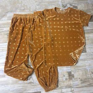 2021 Nuevo estilo en los estantes, moda y cómodo Terciopelo deportivo Traje de ocio nuevo Relieve 3D Moda Camiseta suelta Ropa casual, Pantalones