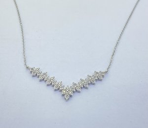 """UUE Jewelry white cubic zirconia Rhodium over silver pendants Hot-selling """"V"""" shaped silver pendant Simple and elegant"""