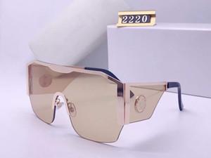 Luxus 2220 Sonnenbrillen für Frauen Barockstil Katze Eye Frame Designer Sonnenbrille Italian Designer Gold Überzogener Schmetterlingsrahmen mit Fall