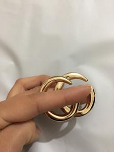 2021 Neue Produkteinführung Koreanische Version von englischer Alphabet-Alloy-Corsage, übertriebene Pin-Persönlichkeit, goldener Kragen-Blumen-Abend-Accessor