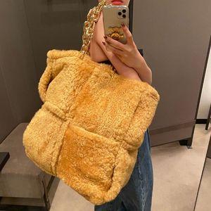2020 inverno quente Plush Fur Tote Cadeia Strap Tamanho Grande Moda Lazer fêmea famoso Designer Sacos Fluffy Handbag Q1118