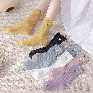 Otoño e invierno Nuevas mujeres calcetines de mujer color oreja borde pequeño crisantemo bordado medio tubo medias calcetines de doble aguja de niños pila