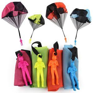 Main pour enfants jeter un jouet de parachute pour parachute éducatif pour enfants avec le jeu de sports de sport en plein air
