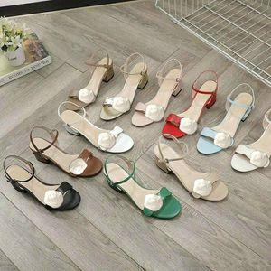 منتصف كعب الصنادل 100٪ الجلود الخام كعب المرأة أحذية أزياء معدنية مشبك مثير الصنادل الماشية إمرأة شاطئ أحذية كبيرة