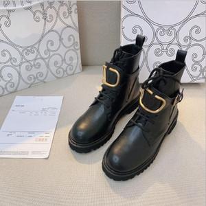 2021 Горячий роскошный дизайнер женщины Женщины Высокое Качество Натуральная Кожа V Металлическая пряжка Мартин Ботинок Мотоцикл Сапоги на открытом воздухе Толстая нижняя обувь ботинок