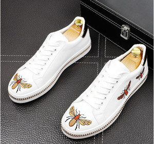 2021 Neue Stickerei Männer Mode Casual Schuhe Gold Glitter Freizeit Slip auf Nieten Müßiggänger Schuhe Mann Party Jäten Kleid Schuhe