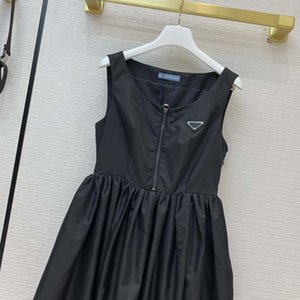 21SS 새로운 Re-Nylon 에코 시리즈 민소매 드레스 인과 캡 슬리브 드레스가 거꾸로 된 삼각형 검정색 미디 드레스가 재활용 마크 SML