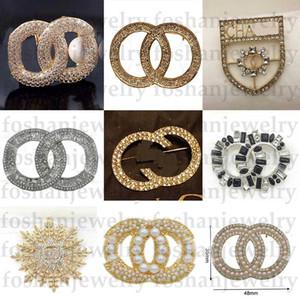 Top Designer Broche Exquisito Pearl Broche de lujo Letra Broches Pines Elegante Moda Mujeres Traje Joyería Envío Gratis