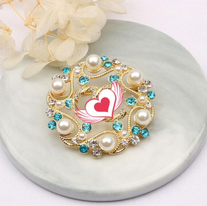 Retro European and American palace style hollow pearl letter brooch High-end temperament simple dress suit collar pin accessories