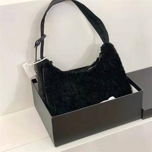 Autumnwinter Serisi Kuzu Yün Baget Lambswool Kadın Koltukaltı Çanta Siyah Mektup Baskı Üçgen Metalik Etiket Moda Çanta Kutusu # 1