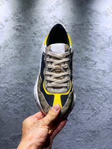Rhyton Beige Mens Sneakers in pelle Luxurys Vintage Runner Traineri Designer Designer Designer Stampa casual Vecchio Dad Shoes 620185 99WF0 4371