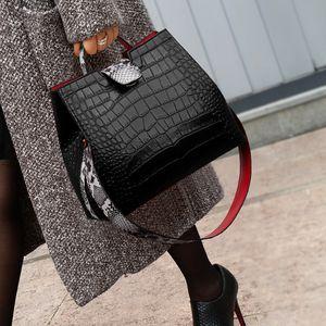 Luxuskrokodilhandtaschen Frauen Snakeskin Wide Schulter Strap Eimer Bag Designer Umhängetasche Schnalle Hohe Kapazität Totes 2020 C0121