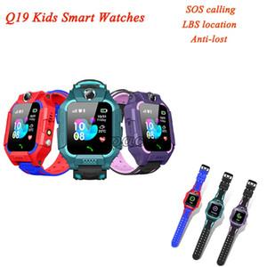 Дети Художественный Q19 Kids Smart Watch Watch LBS Tracker Anti-Lost Z6 SmartWatches SOS Calling Camera Прекрасная розничная коробка SIM-карточный слот