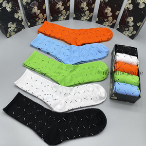 caliente con caja de calcetines para hombre marca de la marca Movimiento de la letra Movimiento de baloncesto Calcetines de alta calidad Elasticidad de lujo Socken mujer calcetines nuevo regalo