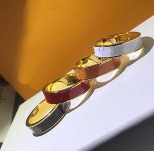 2021 Diseñador Unisex Punk Style Men Lady Women Titanium Acero grabado V Iniciales Four Color Rose Gold Enamel Enamel Anillos Tamaño 6-11