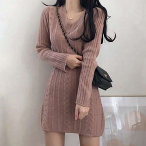 2021 new Korean version ins light mature little woman temperament V-neck hemp pattern short skirt knitted slim fit bag buttock wool dress