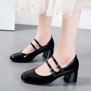 2021 Новая мода двойной пряжки квадратные каблуки женщины водонепроницаемый PU кожаные свадебные туфли женщины случайные круглые туфли насосы KAQ3
