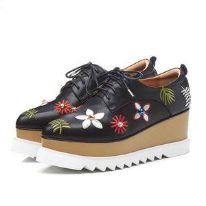 Designer di moda Brand Shoe Donne Piattaforma Sandali ricamati Tacchi spessi Peep Toe Sandali Casual Sandali Britannici Stile Britannico Tacchi a cuneo