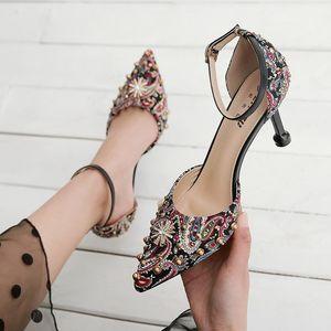2021 Sandalias de moda zapatos de mujer Party Party Black Heels High 8cm Remache étnico Remache Bombas de verano