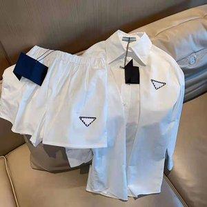 Trajes de vestir de las mujeres Trajes de dos piezas T Shirt T Shirt y falda plisada para Lady Fashion Outwears Vestidos con letras de botón camisetas Faldas Conjuntos