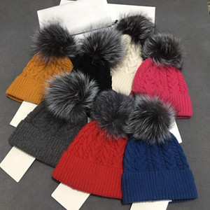 Wholesale Beanie Nuevos gorras de invierno gorras de sombreros de mujer con sombreros de grosero con chorrito de mapache real POMPOMS CALIENTE GIRL CAPS SNAPBACK POMPON BEANIE