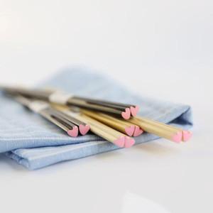 1Pair madeira natural amor coração chopsticks chinês elegante luz chopsticks eco-amigável cozinha de cozinha durável