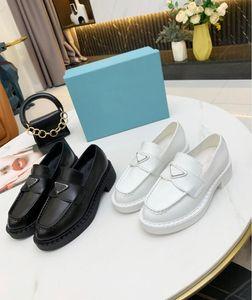 2021 Designer de luxe Fashion Femmes Casual Chaussures Casual Retro Cuir brillant Mocassins Zigzag en caoutchouc en relief de 5 cm Sangle supérieure à semelle intégrée avec boîte taille 35-40