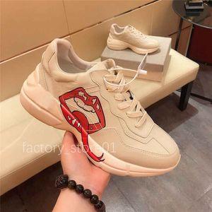 Alta calidad para hombre Rhyton Casual Zapatos Papá Sneaker París Moda Mujer Plataforma Zapatilla Deportes Entrenadores Fresas Mouse Onda Boca Tiger Impresión web