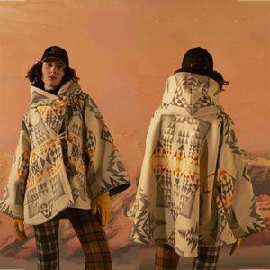 2021 Новая роскошь Теплая верхняя одежда Леди Куртки Винтаж Геометрические Печать Шерстяные Смеси Зимние Женские Элегантные Плащ Короткий Кейп Пальто J956
