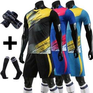 Soccer Jersey Seti Çorap + Shin Muhafızları Özel Yetişkin Çocuklar Survetement Futbol Kiti Üniforma Futbol Eğitim Gömlek Kısa takım elbise