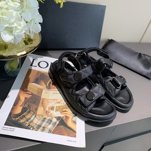 2021 Zapatillas de cristal de lujo Plataforma de becerro Plataforma acolchada Patrón de cuadrícula de sandalia Magic Stick Shoes Square Sandalias planas para mujer 35-41