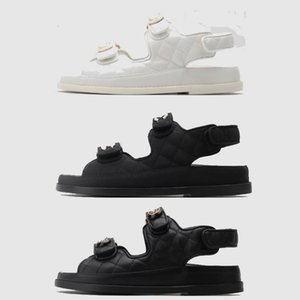 2021 Теленка кожаные стеганые стеганые сандалии стеганые парижские модные платформы черный белый пляж классический плоский лето дизайн женские 35-41 с коробкой
