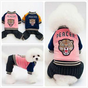 O cão de peluche do cão do vestuário pequeno e médio leite pequeno do animal de estimação quatro pés lindo casaco acolchoado de algodão com pano de inverno grosso de veludo