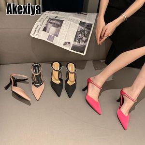 Бренд высокие каблуки тапочки женщин скольжения на слайдах элегантные туфли из мулсов сандалии на открытом воздухе на открытом воздухе калькера сандалии