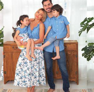 가족 일치하는 데님 복장 소녀 꽃 인쇄 된 팔 름바 비행 소매 백리스 드레스 여성 프릴 V-Neck Sushender 드레스 아버지 소년 진 셔츠 아기 Romper Q0607
