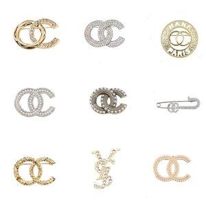 Lüks Kadın Tasarımcı Marka Mektubu Broşlar 18 K Altın Kaplama Kakma Kristal Rhinestone Takı Broş Charm Kız Inci Pin Bayan Evlilik Düğün Parti Hediye Accessorie