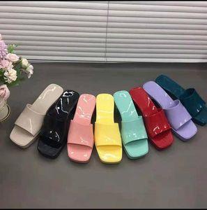 2021 Haute Qualité Femmes Sandales Sandales Pantoufles de fond épais Plate-forme Alphabet Lady Sandal Sandal Cuir Designer Chaussures de mode avec boîte