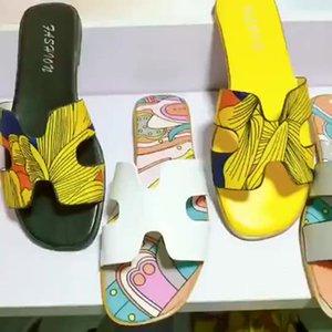 2021 Ankünfte Design Niedriger Preis Strand Damen Hausschuhe und Sandalen Mode Sommer PU-Leder Wohnungen Schuhe Sandalen für Frauen