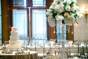белые канделябры венчания на centerpieces таблицы с кристаллический висеть