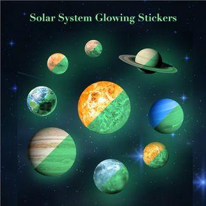 9 Pçs / set Sun Jupiter Saturno Netuno Urano Terra Venus Mars Mercúrio Glowing Planetas Decalques de Parede Sistema Solar adesivo de parede para quarto de crianças