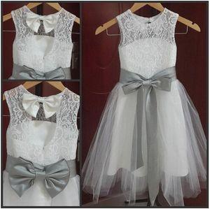 New Lovely Vintage Lace Flower Girl Dresses A Line Joya Escote Tulle Little Girl Vestidos de fiesta de bodas formales Gris plateado Sash and Bow