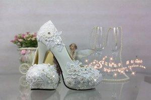 Eine weiße Spitzekristallhochzeitsschuhe hochhackiges wasserdichtes kundenspezifisches Diamantdiamant Shooting wedding Brautschatten Taiwans arbeiten Leistung