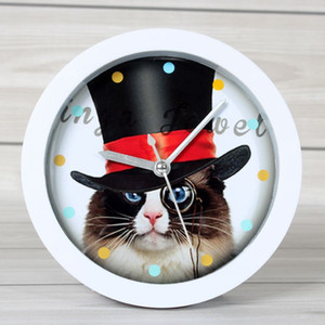 Animal de bande dessinée chat lounged petit réveil chat horloge horloge de bureau à domicile et regarder muet