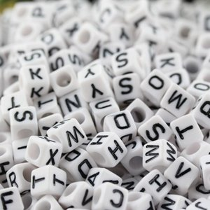 siyah harflerle ücretsiz gönderim 1000 adet Karışık Alfabe / Letter Akrilik Küp Boncuk 6x6 mm beyaz
