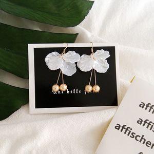 Temperamento europeo y americano personalidad minimalista moda Camellia pétalo largo perla pendientes retro clip de oreja pendientes pendientes mujer