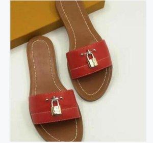 2021 Замок IT Кожаные Дизайнерские Тапочки Красные Моды Женщины Сандалии Бренд Коровой Бренд с Коробка Леди Пыльницы Мини Плоские Обувь Euro Size35-41