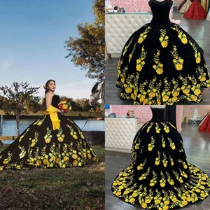 2022 Fantastic Floral Embroidered Appliques Quinceanera Dresses Black Meixcan Style Pearls Beaded Strapless Ball Gowns Sweet 16 Girls Long Train